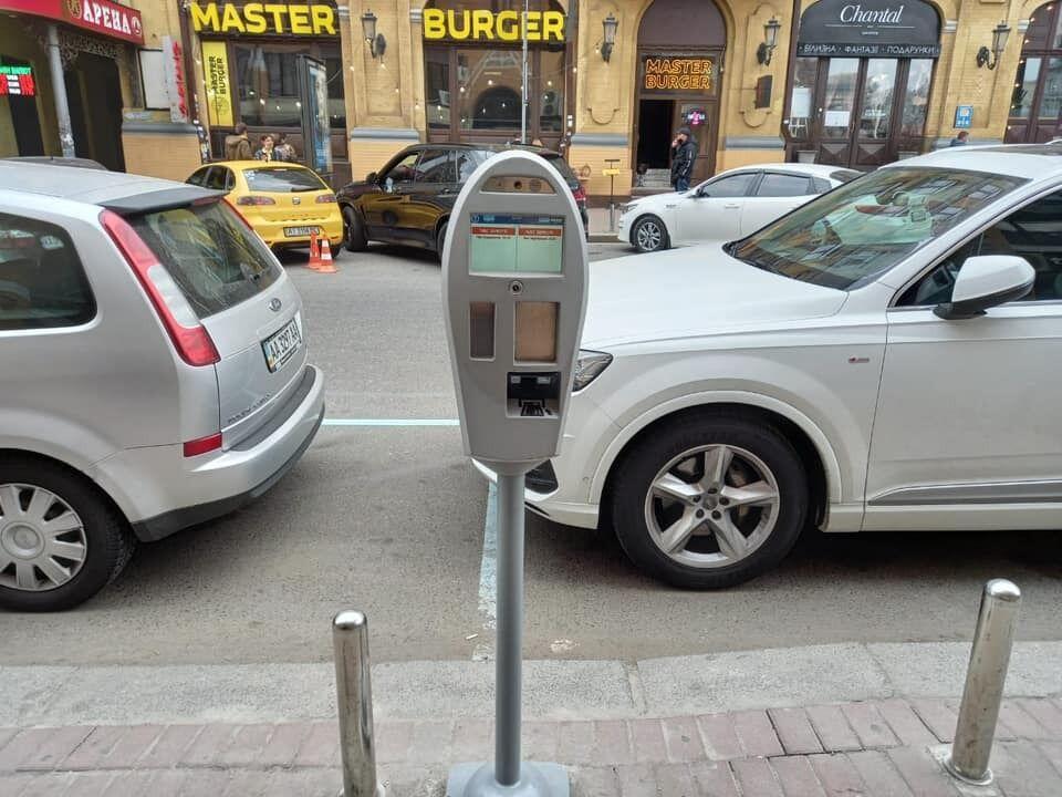 Паркінг поблизу Бессарабської площі, де тестують автофіксацію порушень