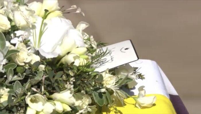 Прощальная записка была оставлена Елизаветой II в особенном венке.