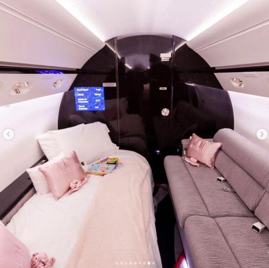 Кайли Дженнер купила самолет за 72,8 млн.