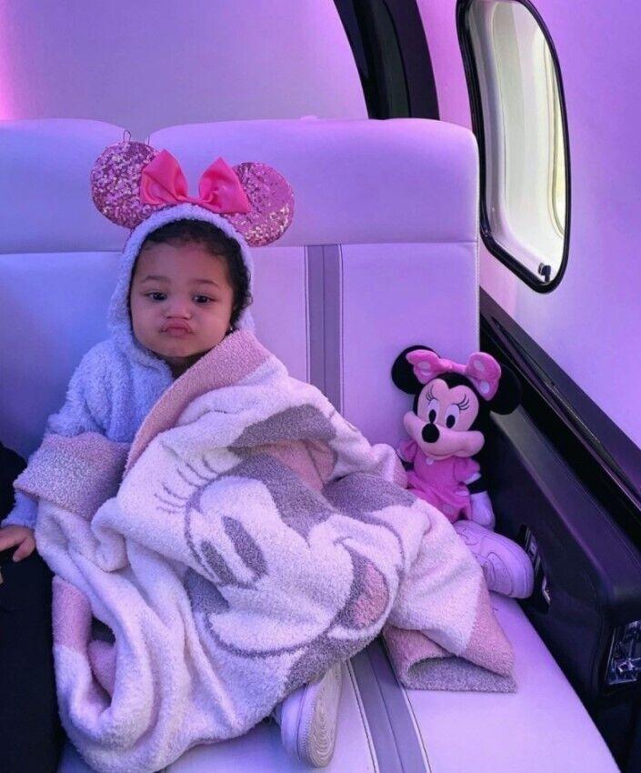 Маленькая дочь Кайли Дженнер позировала в частном самолете.