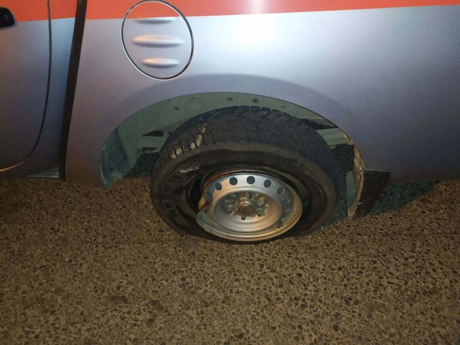Люк вилетів з-під колеса автомобіля рятувальників.