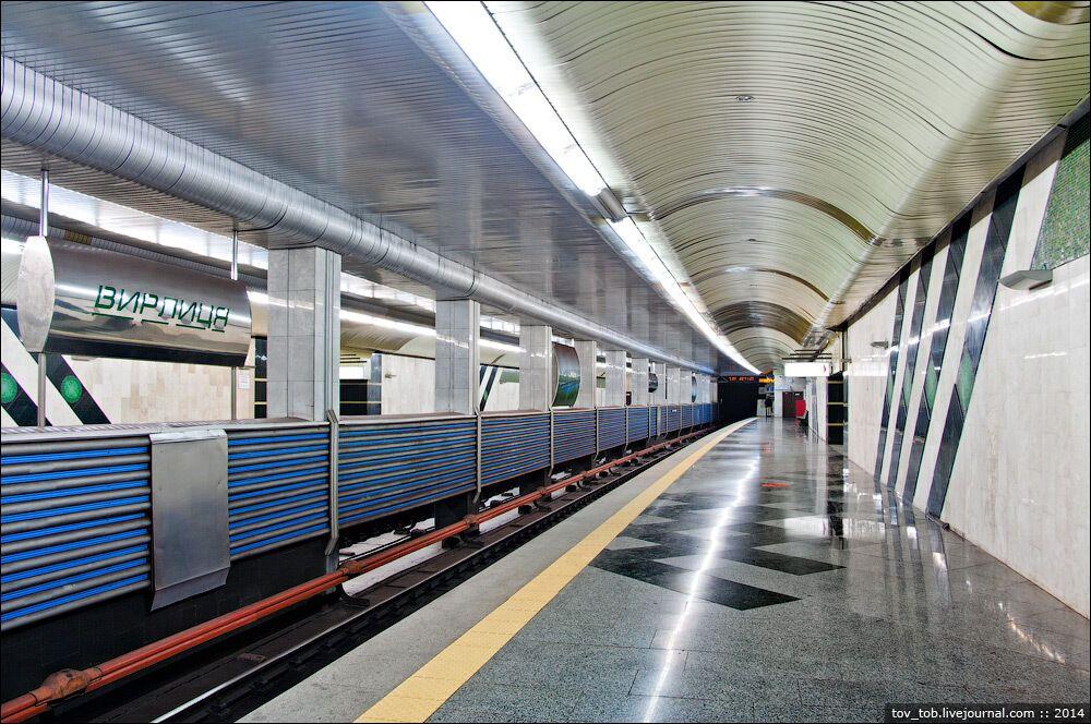 Станція має нетипову для Києва конструкцію.
