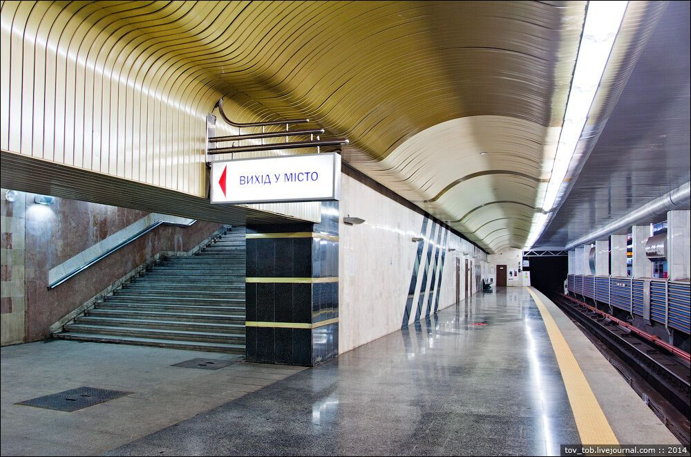 Виходи на платформу розташовані в середній частині станції.