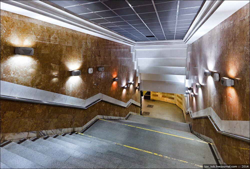 Стіни сходових маршів облицьовані коричневим мармуром.