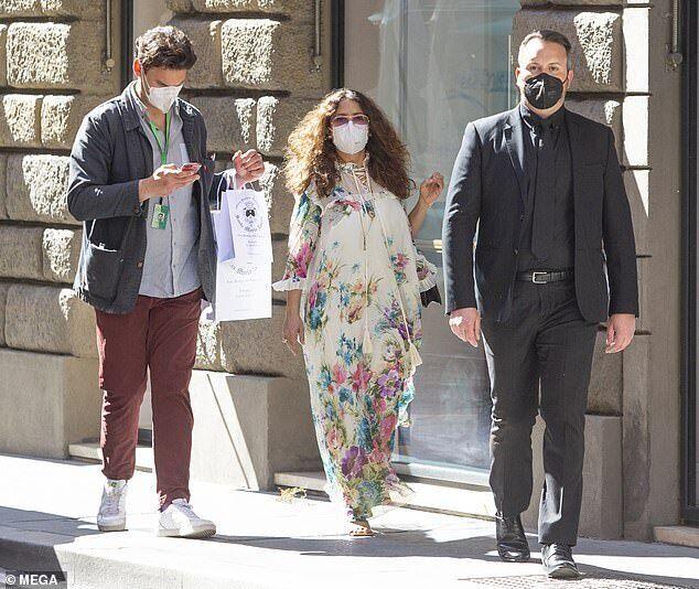 Сальма Хайек с мужчинами гуляет по Риму.