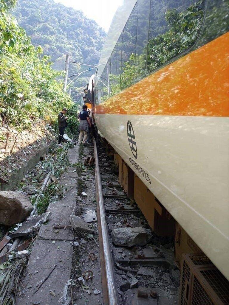 На востоке Тайваня пассажирский поезд сошел с рельсов