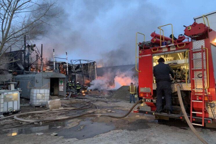 Пожежа трапилася після вибуху в металевому ангарі