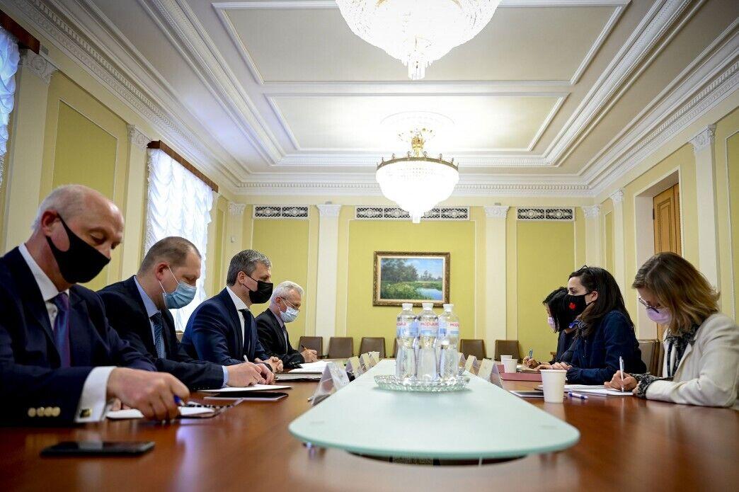 Заместитель руководителя ОП Роман Машовец встретился с послом Канады в Украине Ларисой Галадзой
