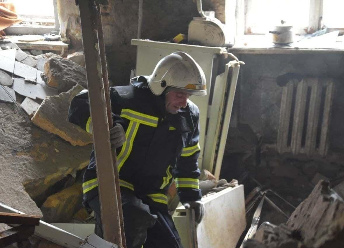 Рятувальник у квартирі, де стався вибух