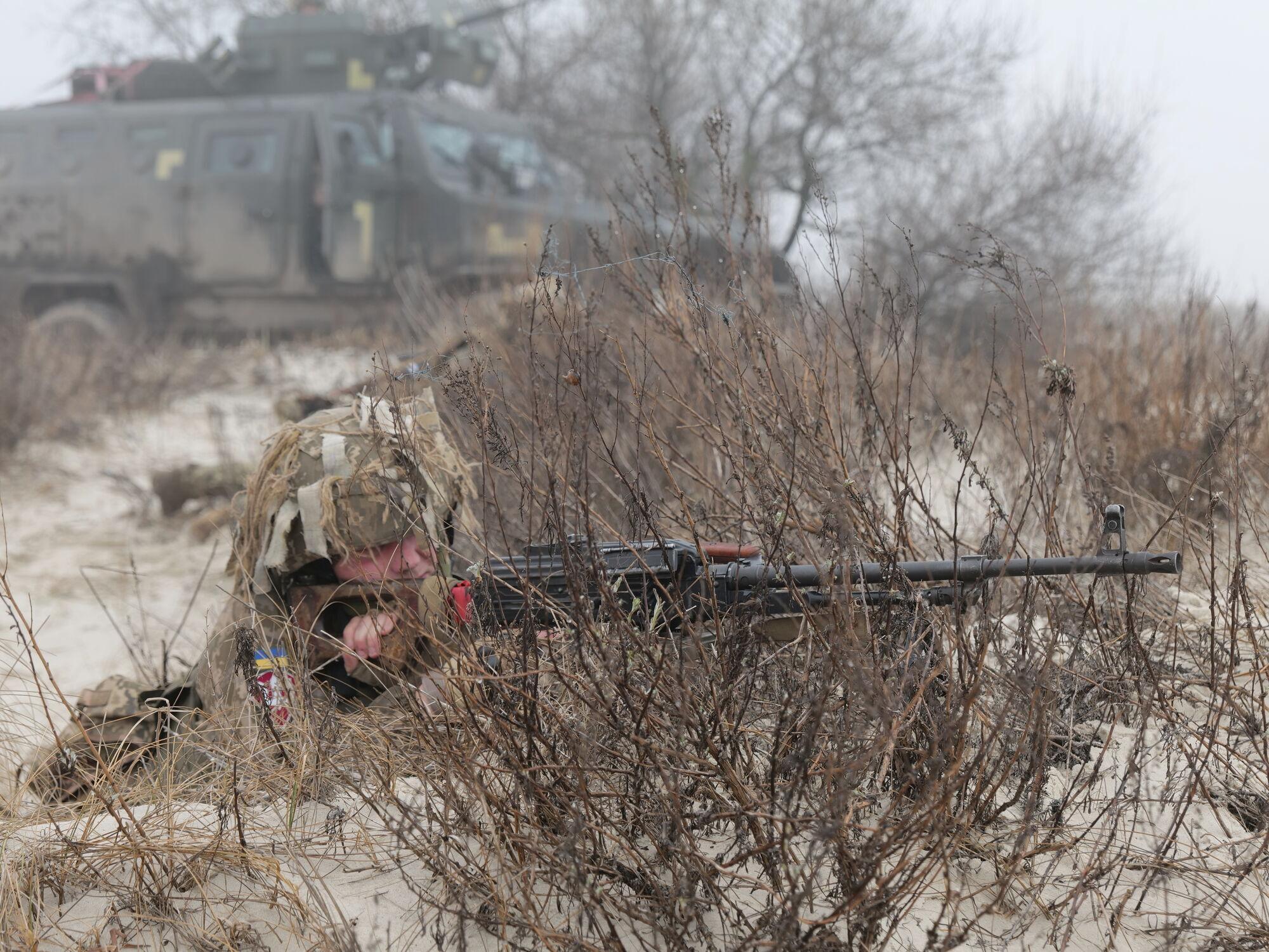 Воїн ЗСУ веде стрільбу на навчаннях