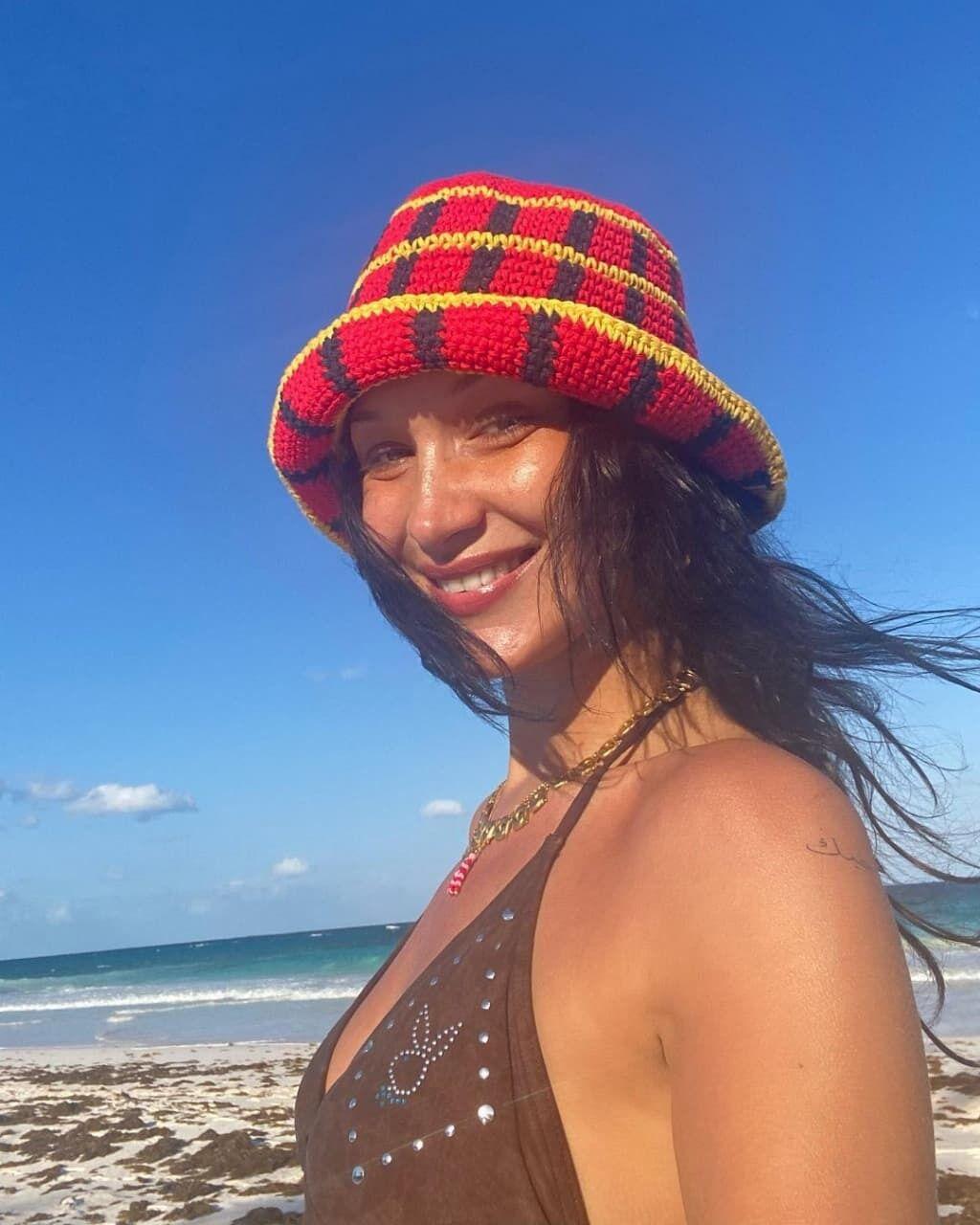Белла Хадід в кольоровій панамі