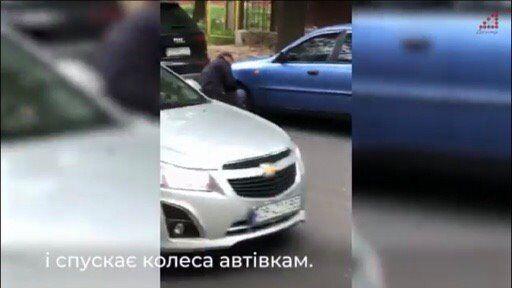 """Нардеп від """"Слуги народу"""" вдарив людину і спустив шини декільком авто в Чернігові. Відео"""