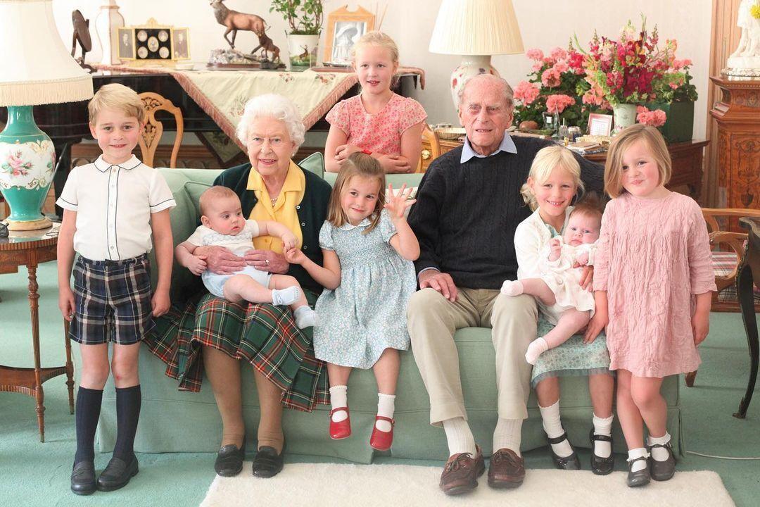 Семейное фото королевской семьи, сделанное в замке Балморал