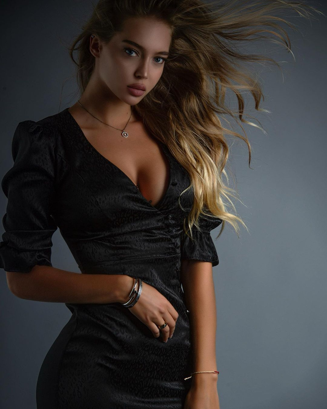 Ангелина Шахрайчук в платье