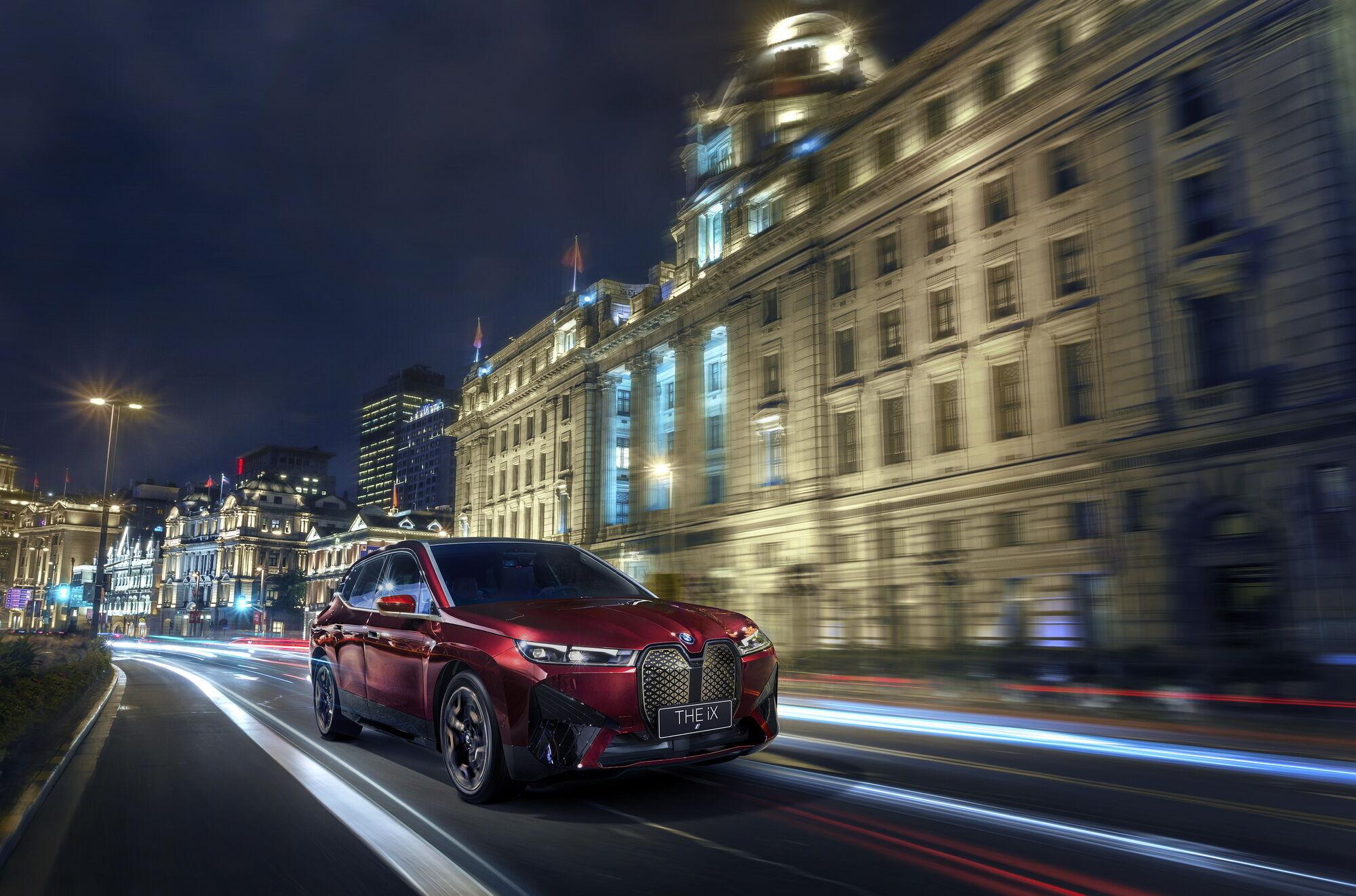 Покупцям будуть доступні повнопривідні моделі BMW iX xDrive50 та BMW iX xDrive40 з двома електромоторами