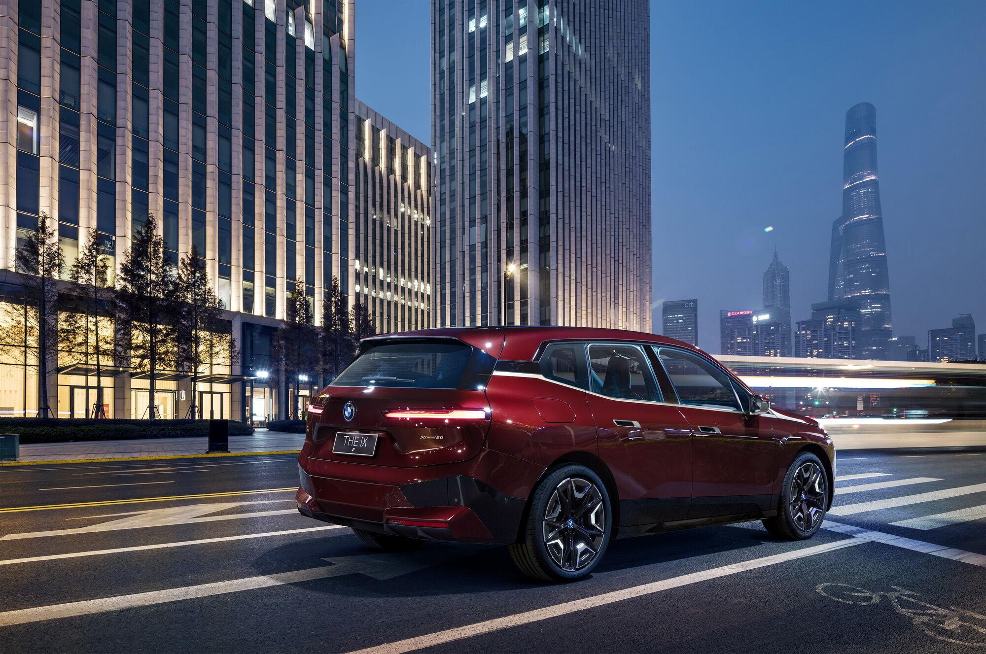 При довжині близько 4,9 м електромобіль майже не відрізняється за своїми розмірами від BMW X5