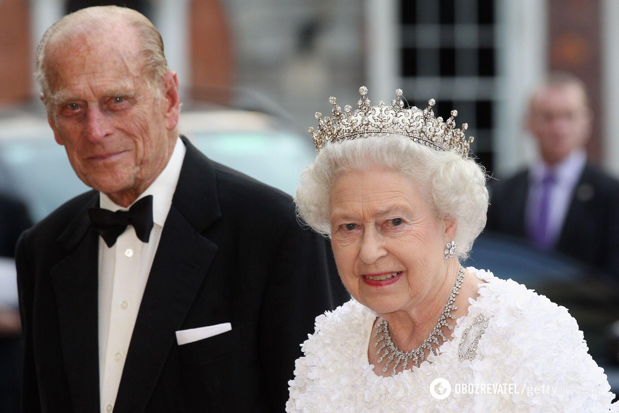 Королева завжди прикриває голову хустинкою, капелюхом або короною