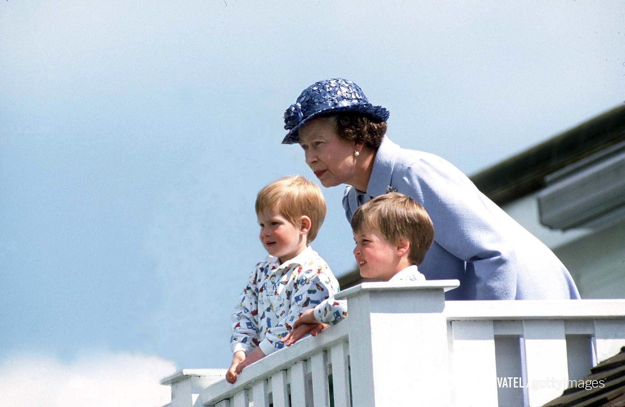 Бабуся на балконі з внуками Вільямом і Гаррі