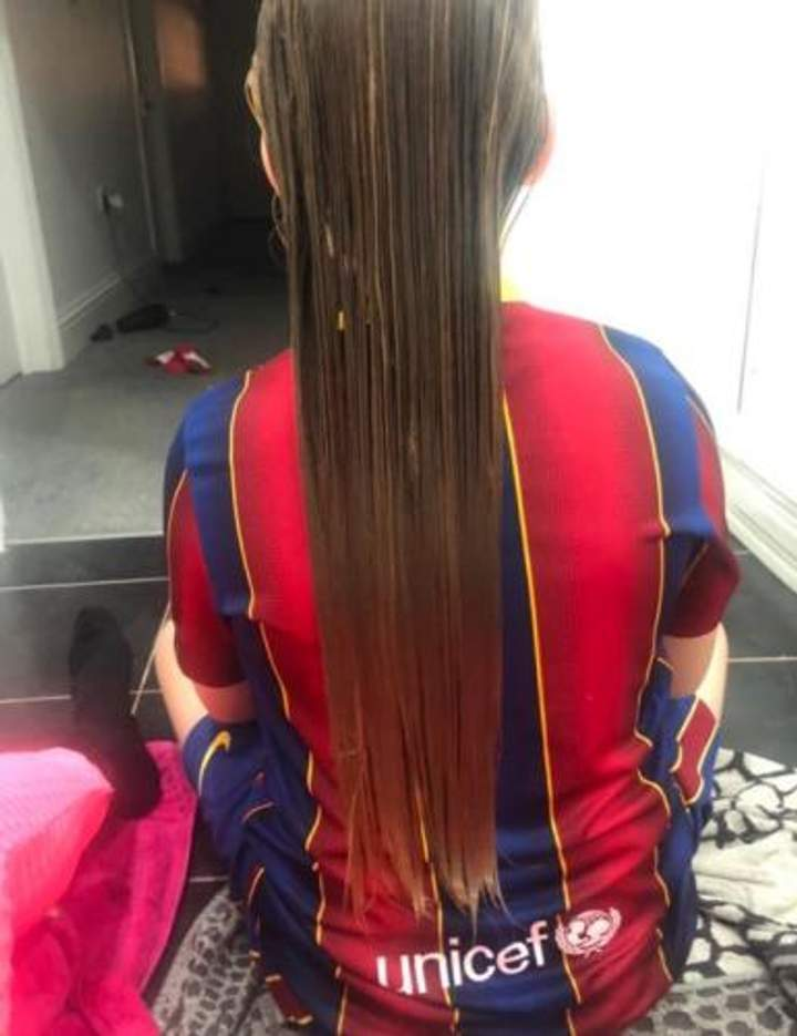 Мальчик прославился благодаря длинным волосам.