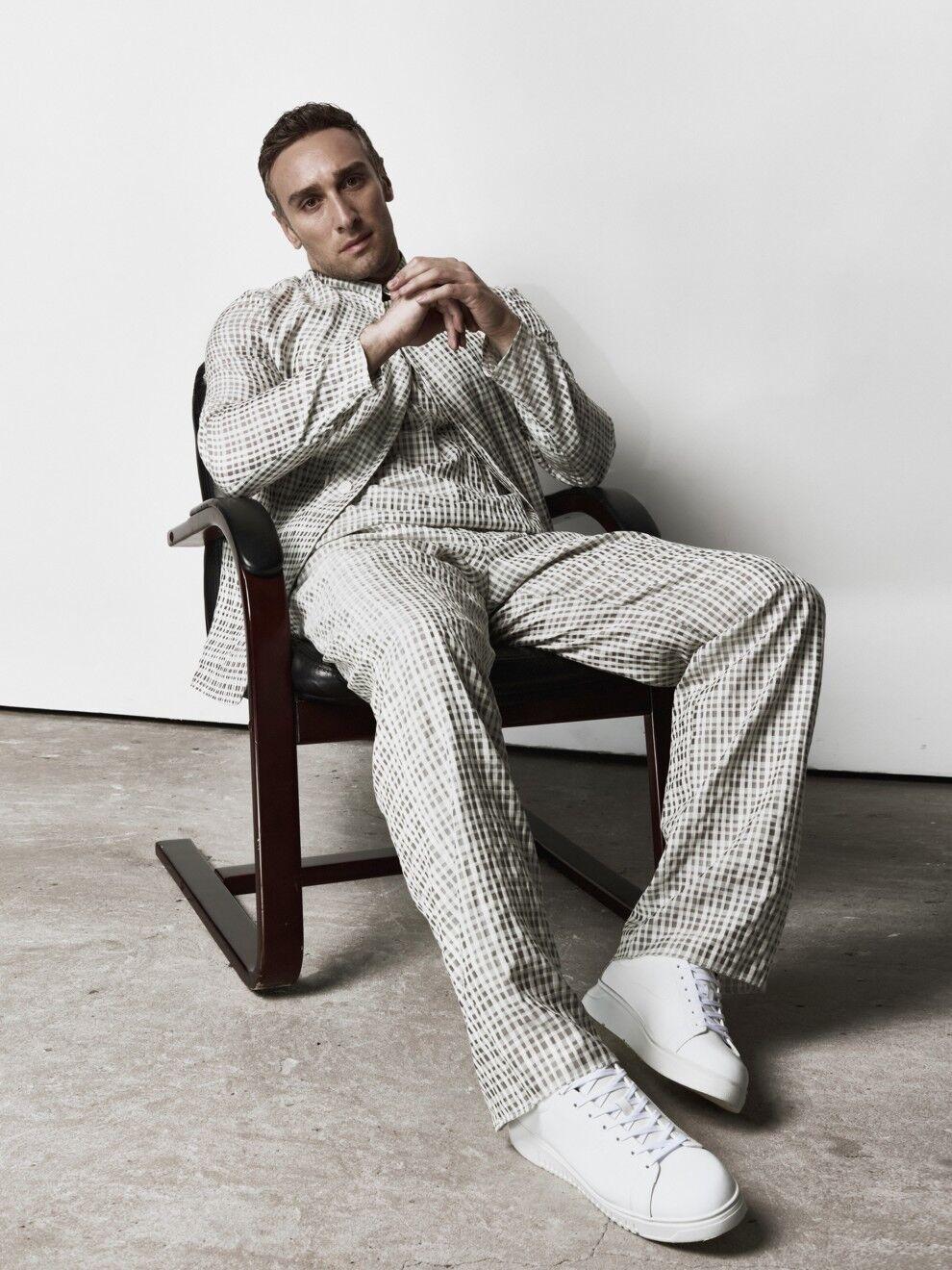 Макацарія приміряв стильний костюм.