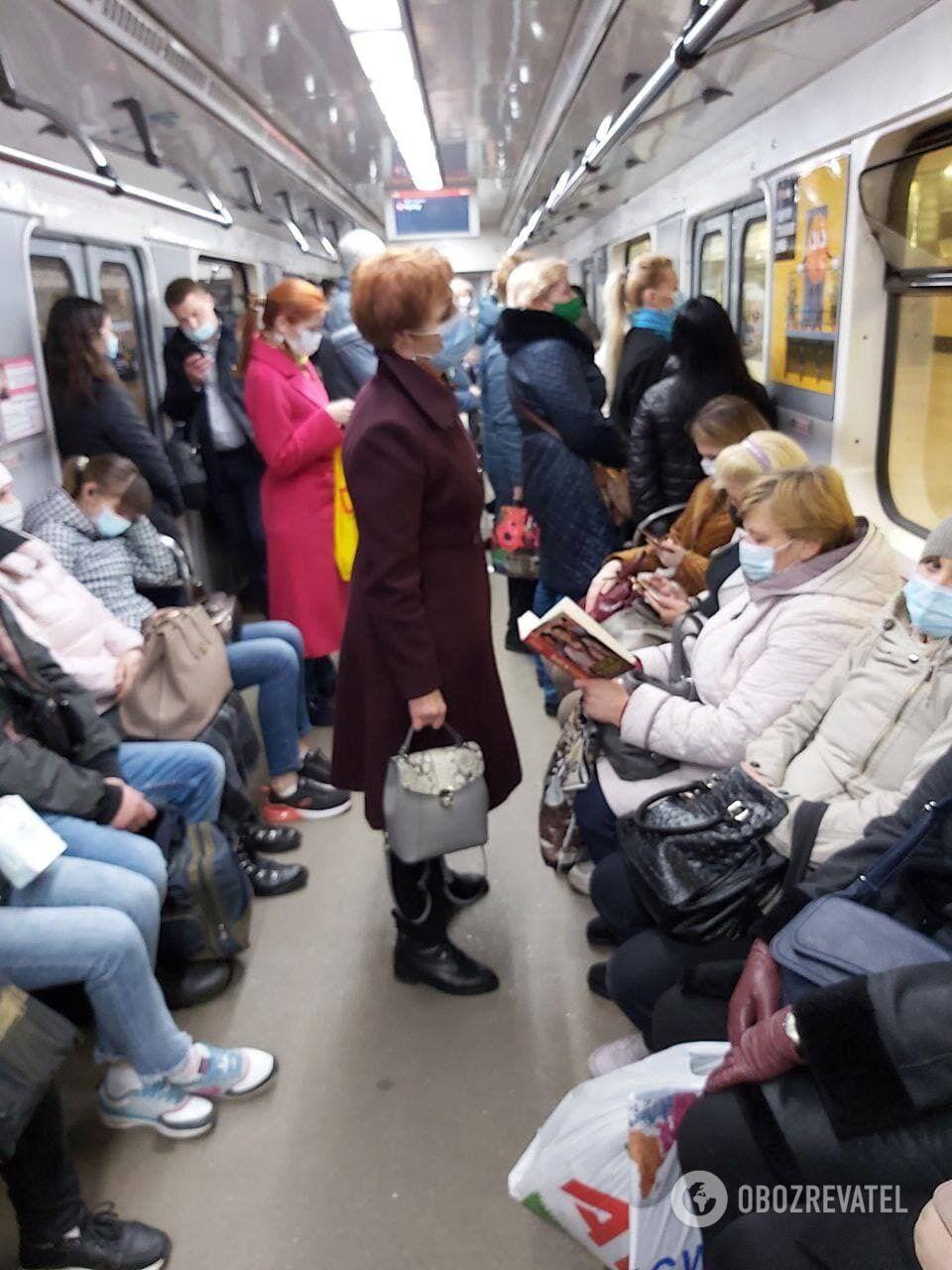 Многие люди желают получить доступ в общественный транспорт, несмотря на локдаун.