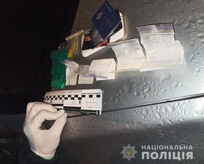 Патрульні знайшли у таксиста пакетики з наркотиками.