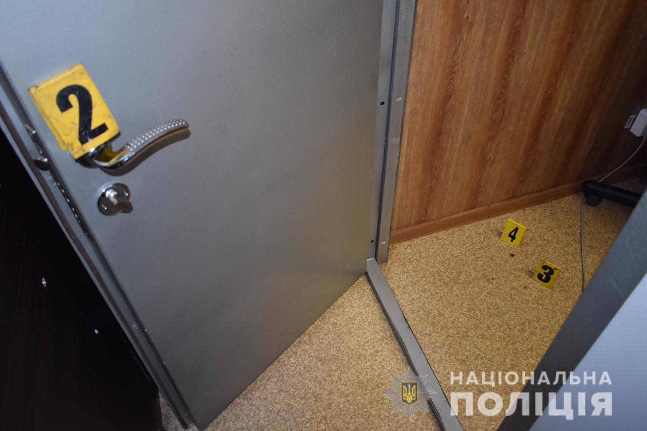 Невідомий напав на касирку, коли вона зачиняла двері в обмінник