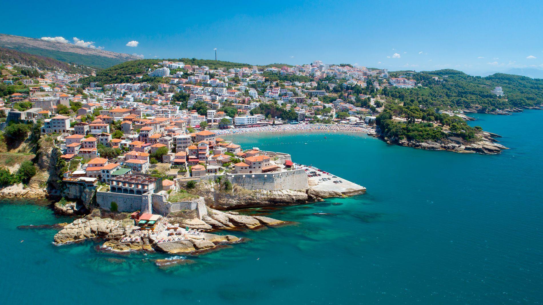 Через піщане дно вода тут прогрівається швидше, ніж в інших регіонах Чорногорії