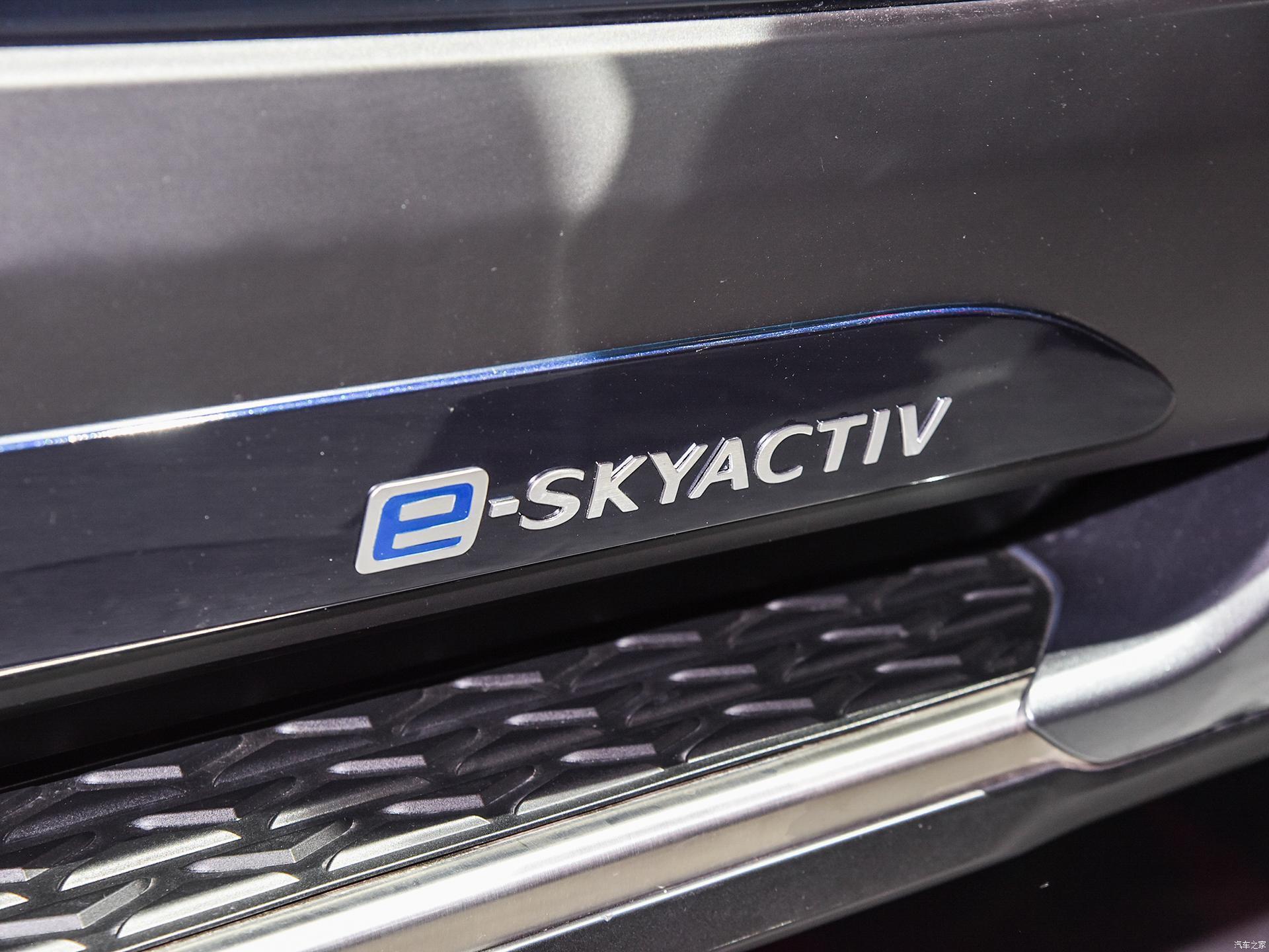 Автомобиль получил широкие боковые пороги и соответствующие эмблемы