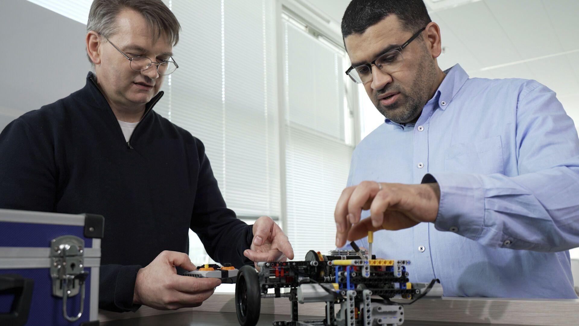 Ніколас Фремау збирає LEGO