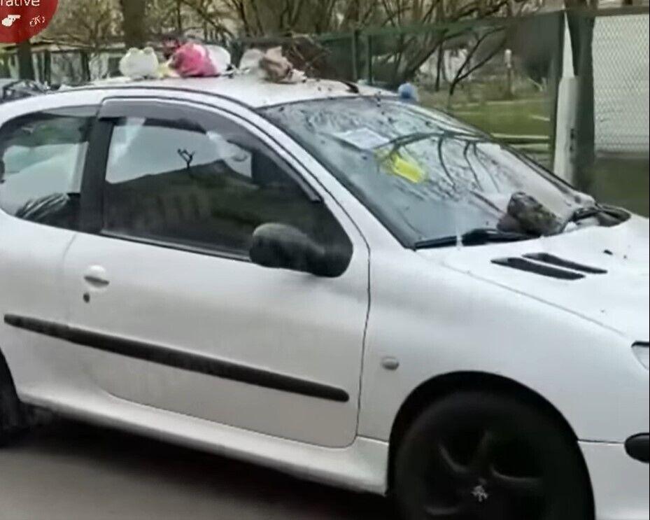"""Автомобиль """"героя парковки"""" забросали мусором."""