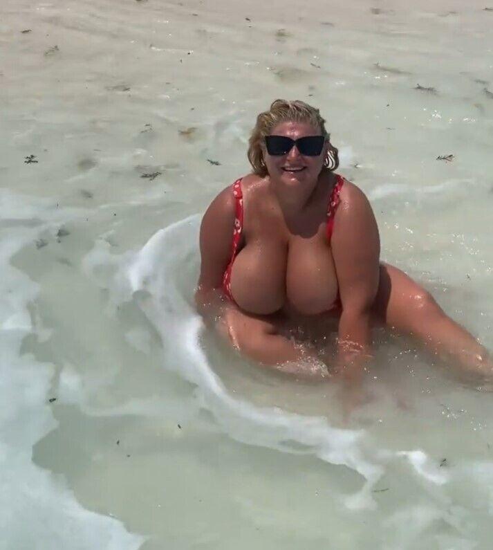 Інна Горячковська позувала в купальнику.