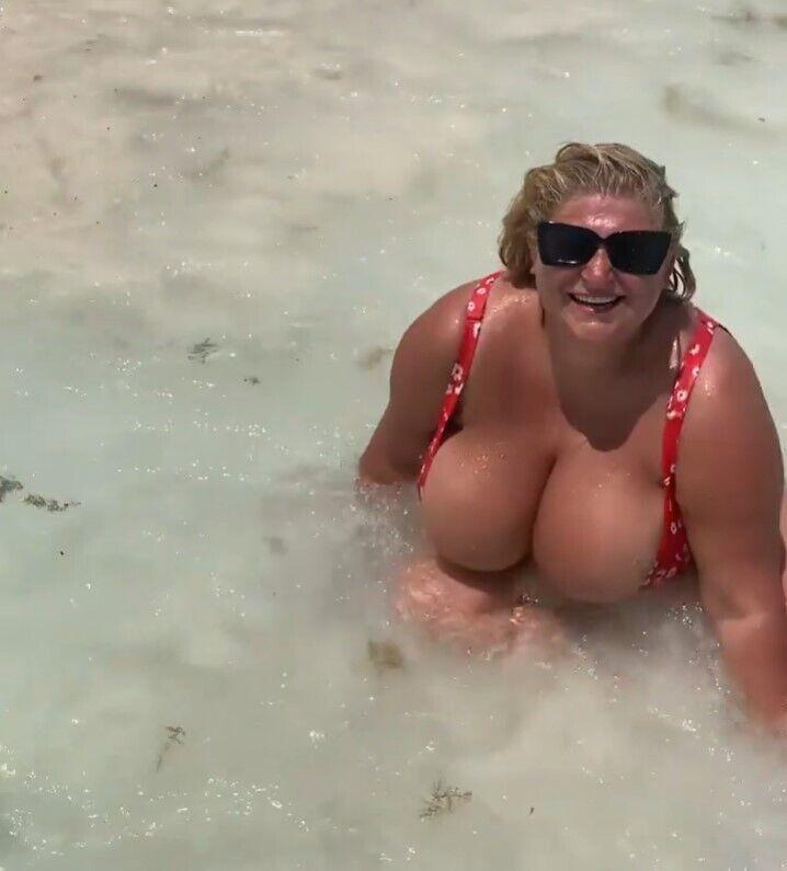 Інна Горячковська показала фото в купальнику.