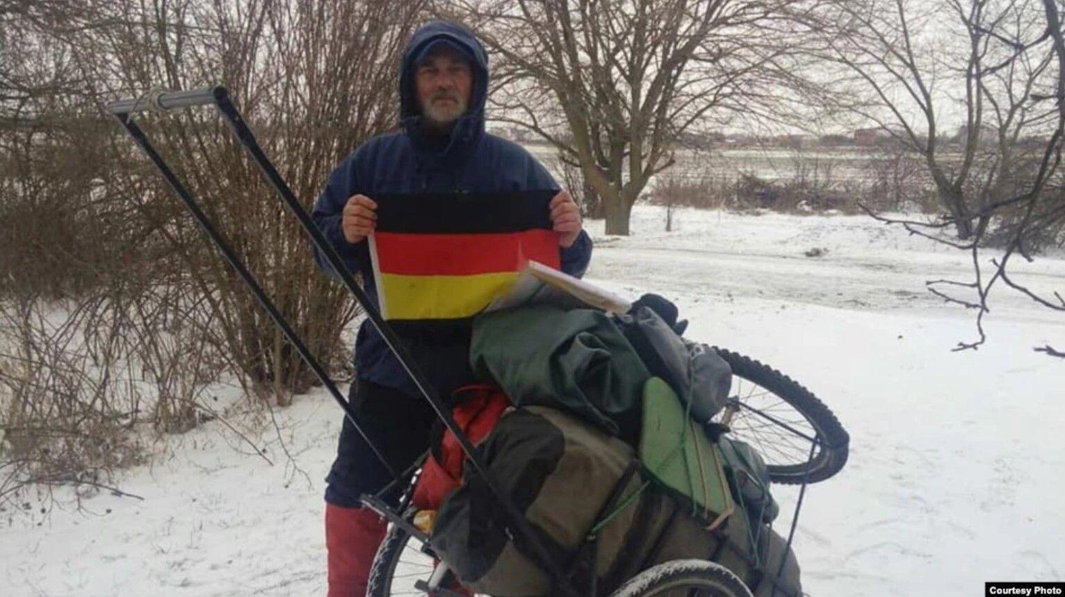 Украинец Сергей Гордиенко преодолел более тысячи км пешком.