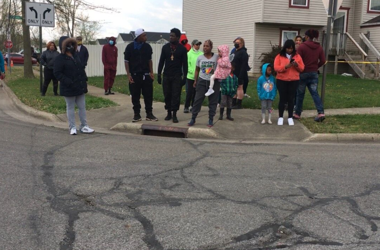 Місцеві жителі вийшли на вулицю.