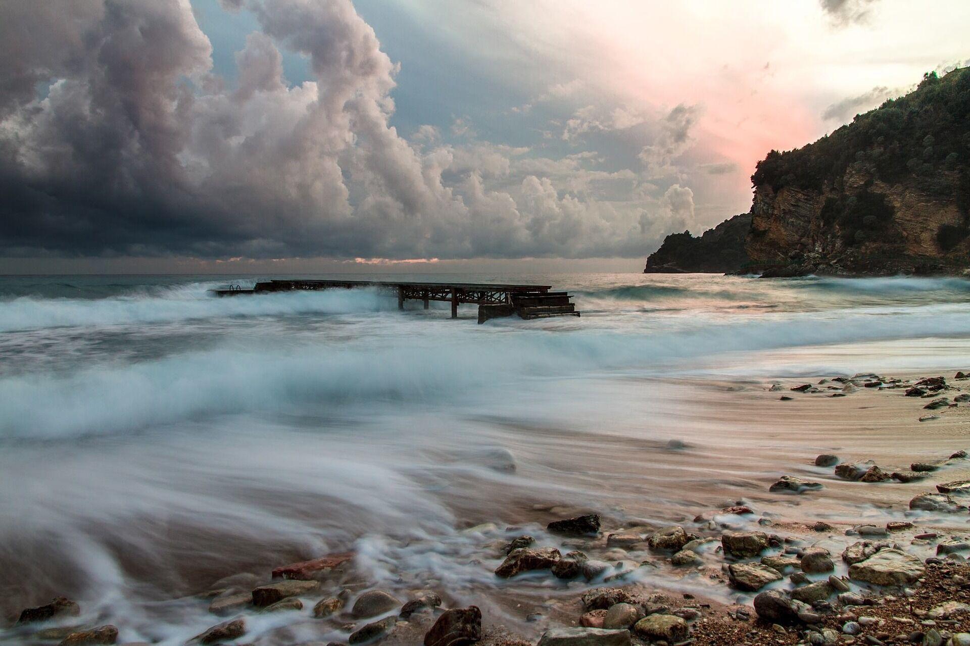 Пляжі в Будві часто дрібногалечні, а море захищено від холодних течій.