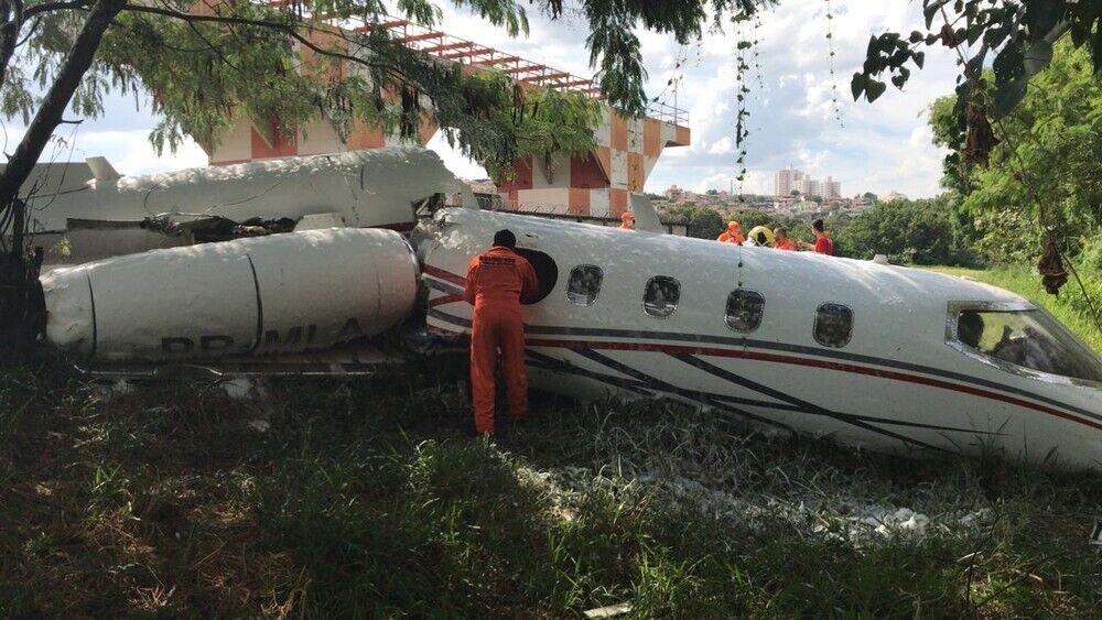 Самолет садился с нераскрытыми шасси.