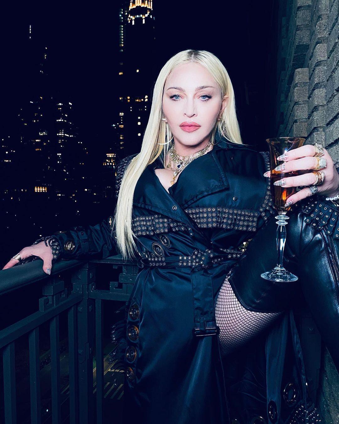 Мадонна позирует в стильном образе