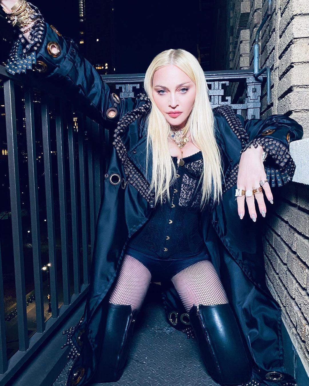 Мадонна сексуально позирует на камеру