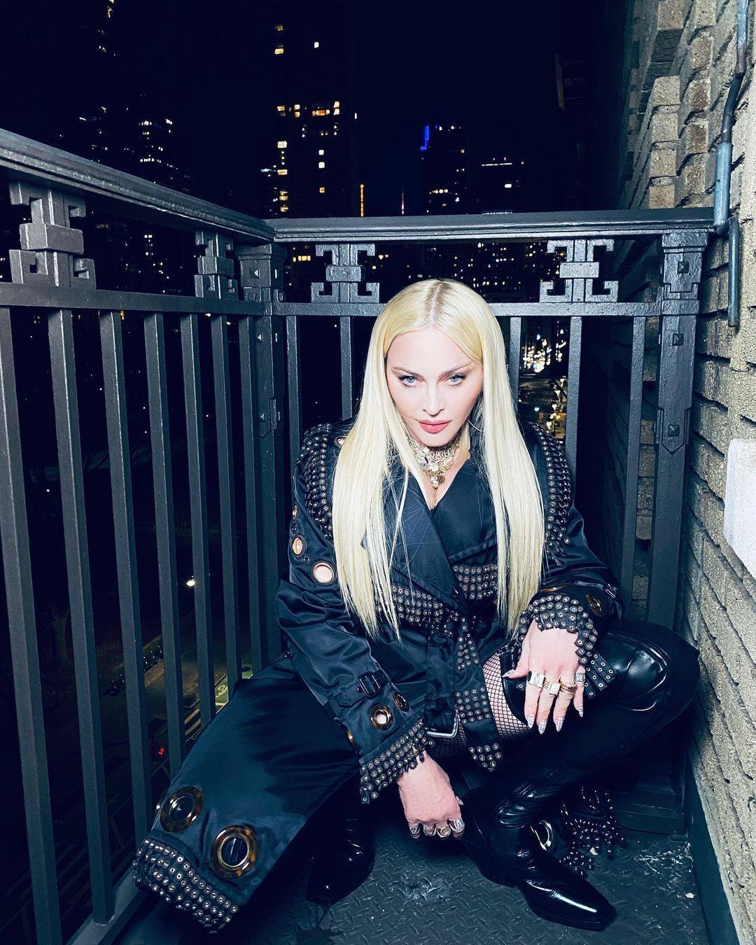 Мадонна в стильном наряде