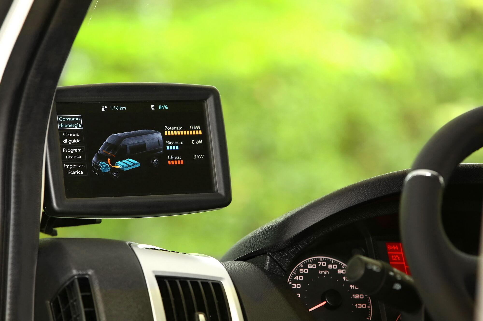 Информация о запасе батареи, остаточном пробеге и прочие данные выводятся на специальный дисплей