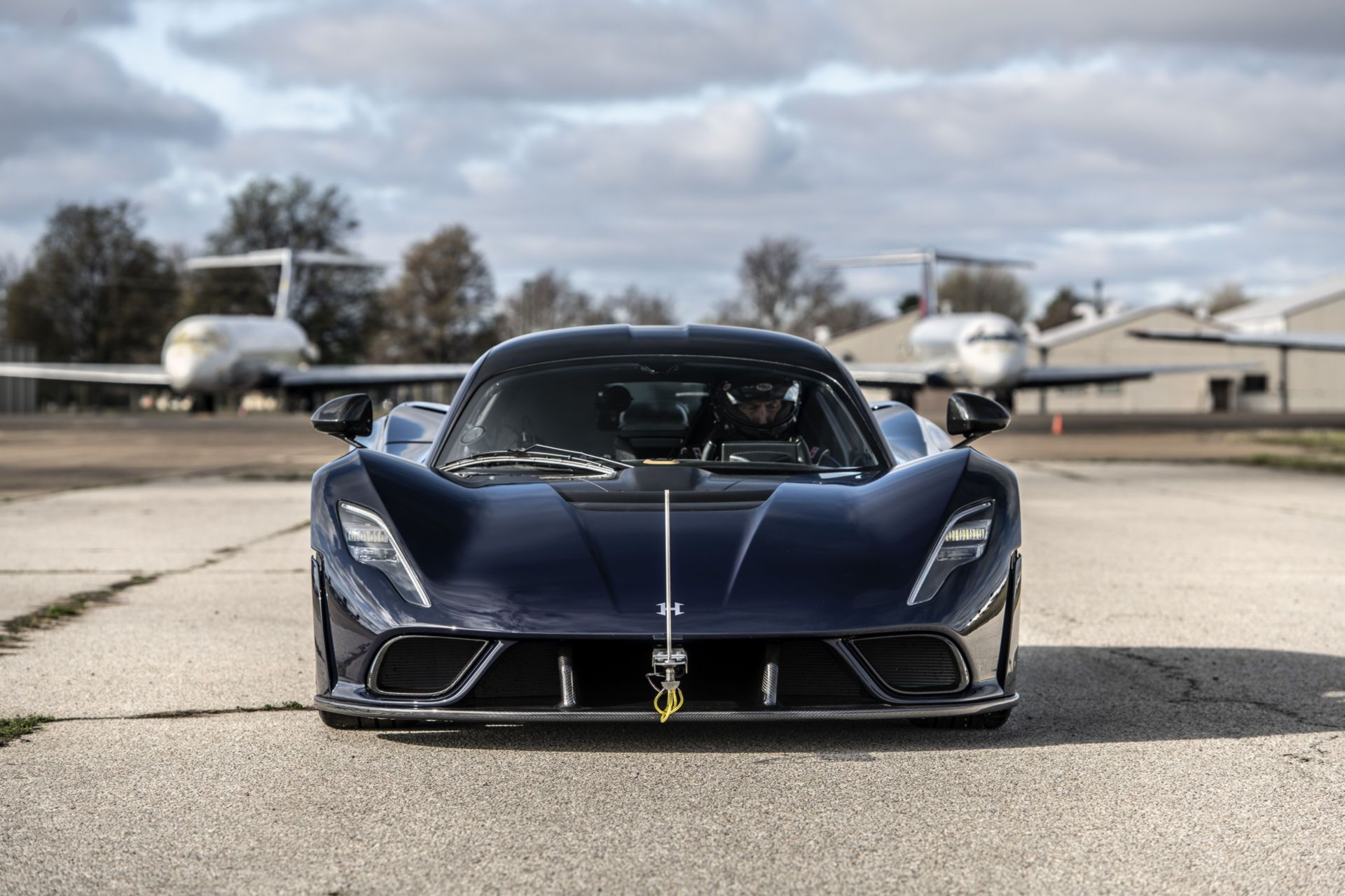 На взлетно-посадочной полосе Venom F5 разогнали до 200 миль в час (320 км/ч)
