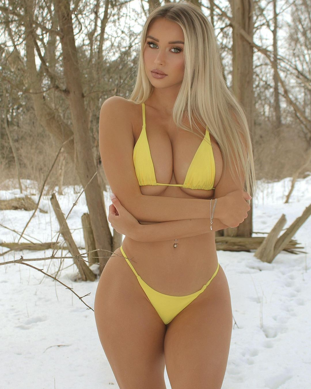 Микайла Демайтер на тлі снігу