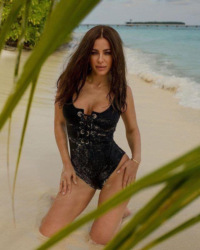 Ани Лорак появилась перед фанатами в стильном цельном купальнике