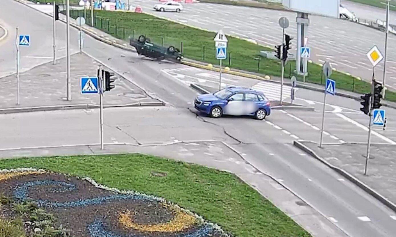 Один з автомобілів не поступився дорогою іншому.