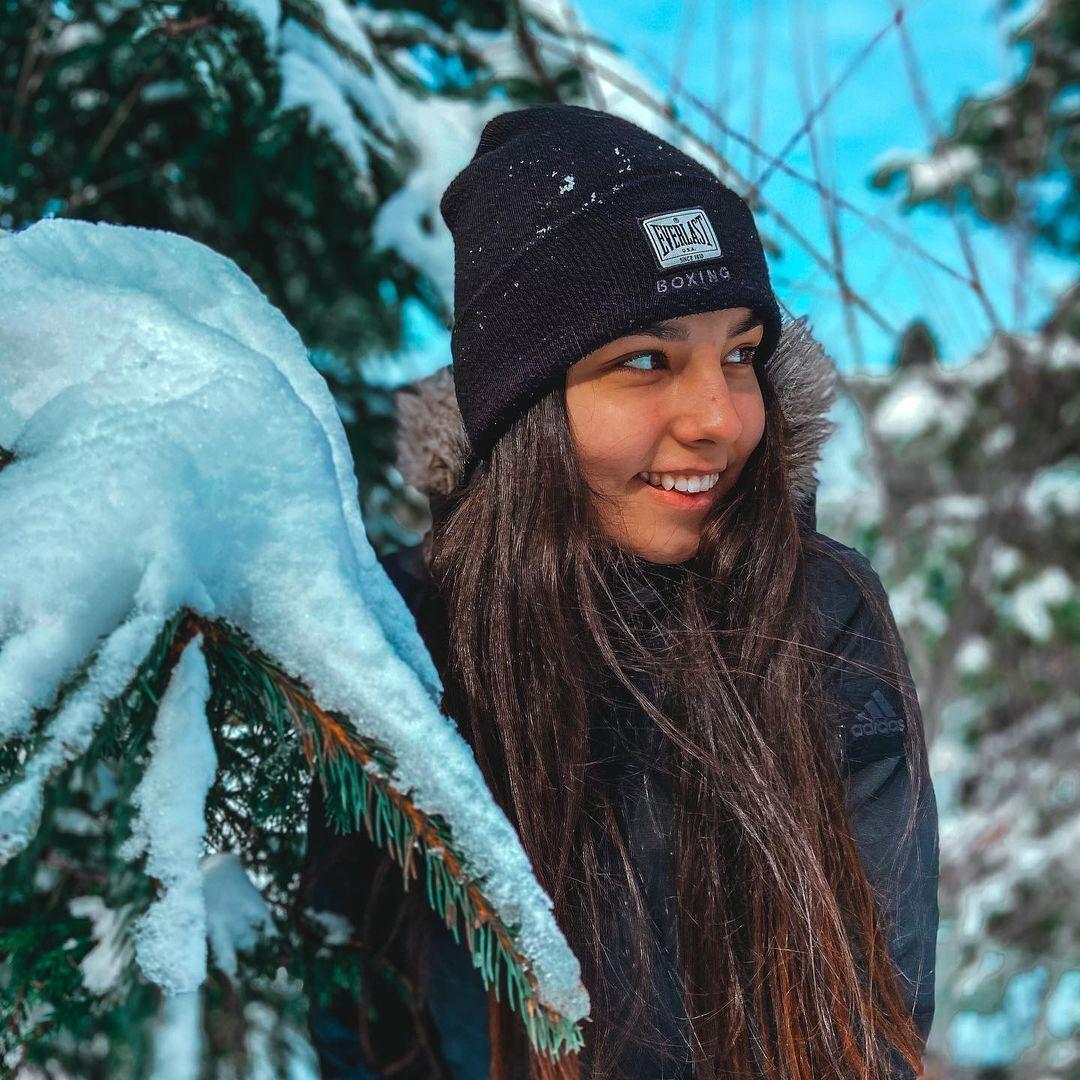 Христина Лакійчук у зимовому лісі