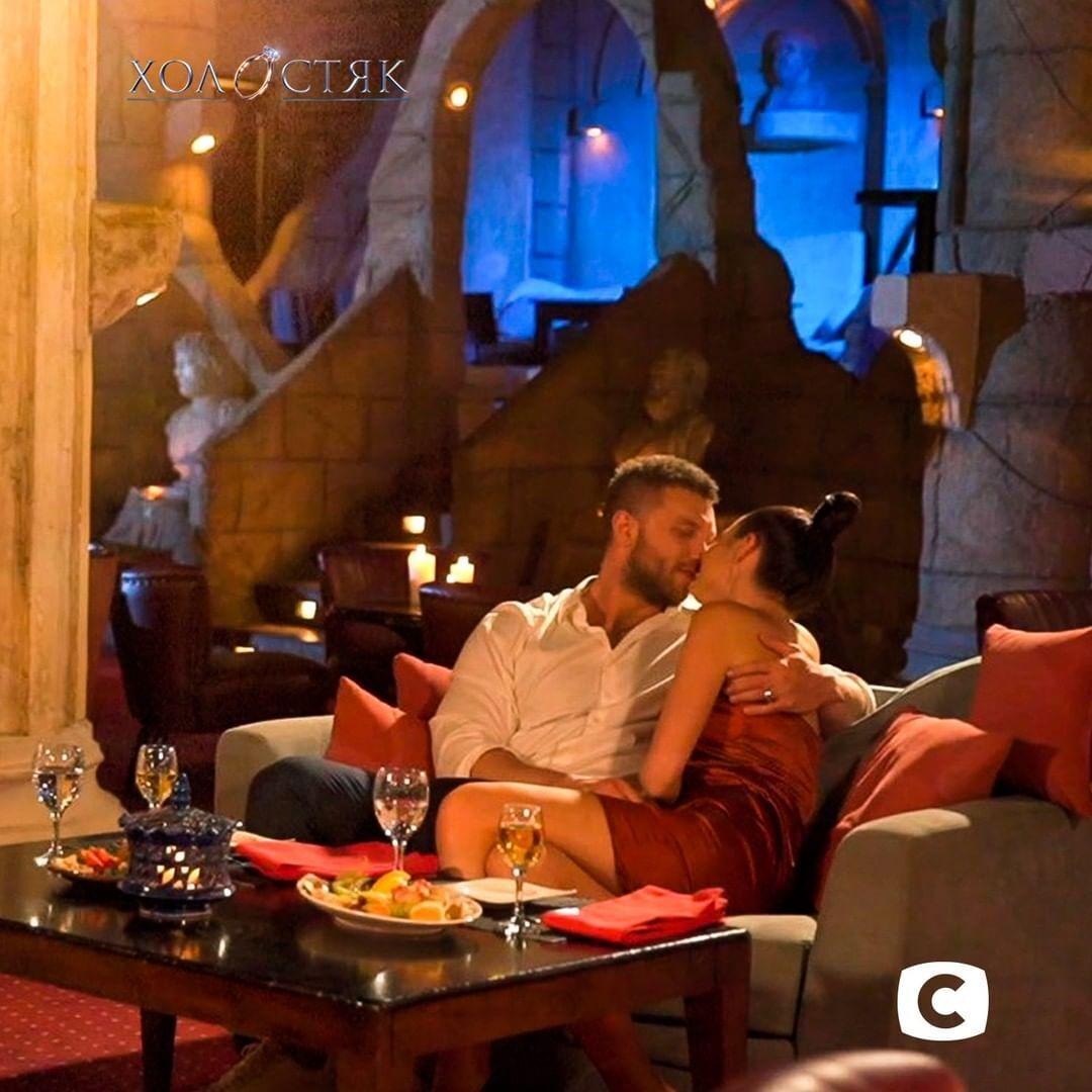Михаил и Юлия на свидании в ресторане