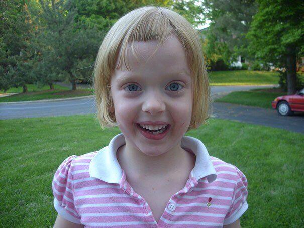 Девочка обрадовалась, что отстригла волосы.