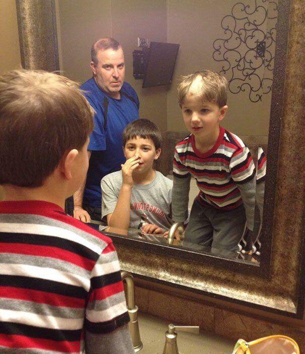 После завтра нужно идти в школу, а мальчик сделал новую прическу.