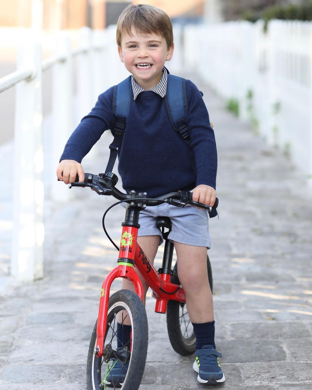 Принц Луи позировал на велосипеде.